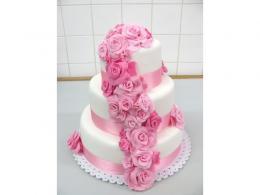 třípatrový dort se stuhou a růžemi