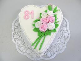 bílý dort s kdyticí růží
