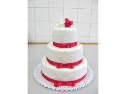 trojpatrový bílý dort s červenými stuhami