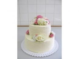 dort zdobený krémem a živými květy