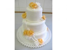 svatební dort s čajovými růžemi