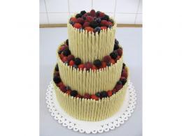 svatební dort s čokoládovými trubičkami