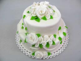 bílý dort s barevnými lístečky