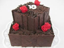 čtvercový dort patrový s  čokoládovým obložením