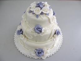 fialový patrový dort