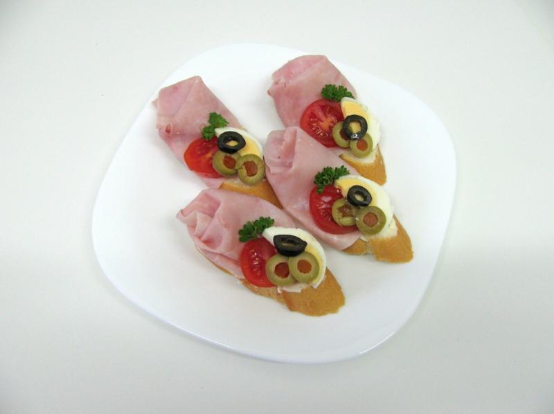 šunka, vejce, rajče, olivy