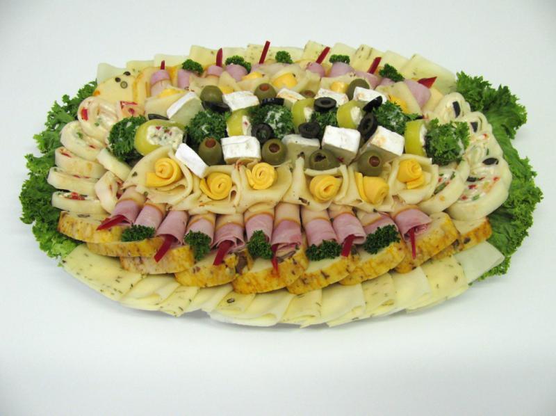 obložená sýrová mísa s roládkami