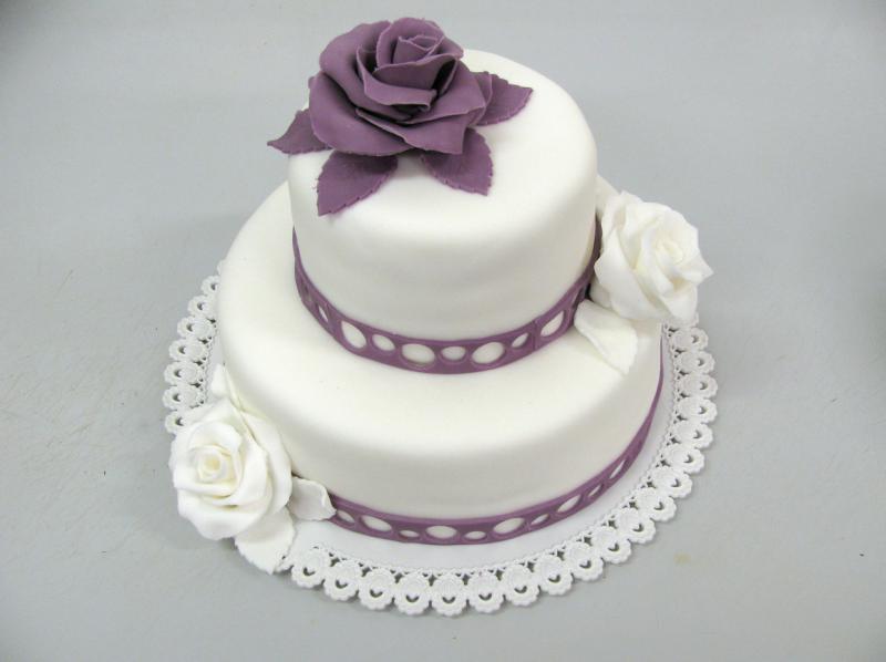 svatební dort s fialovými motivy