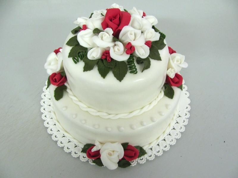 bílý dort s růžemi
