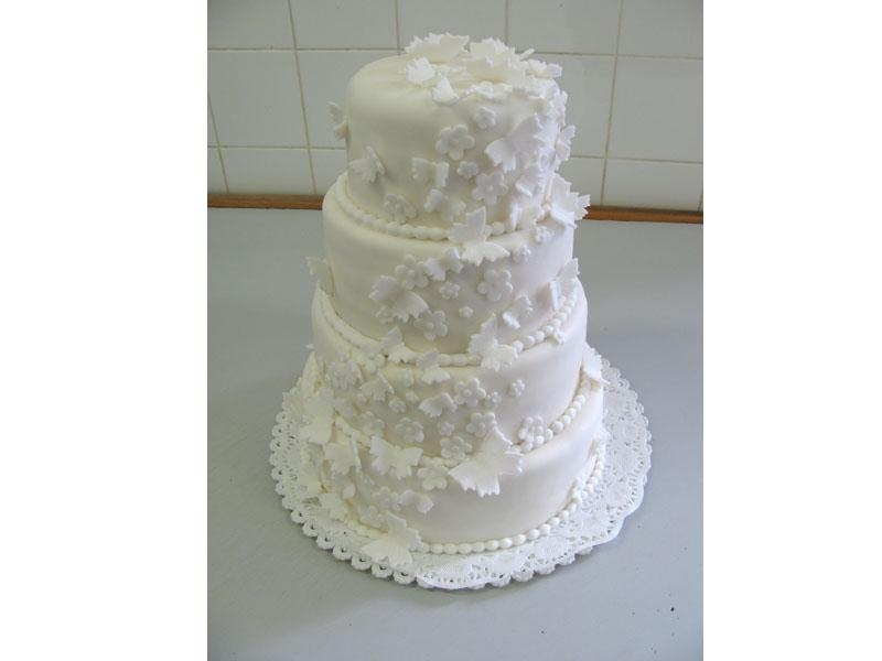 bílý dort zdobený