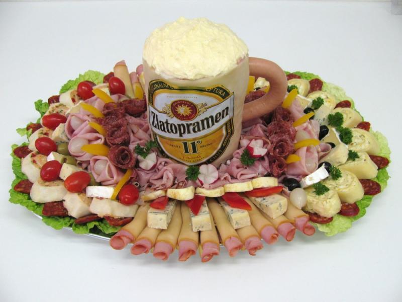 obložená mísa se slaným dortem ve tvaru piva