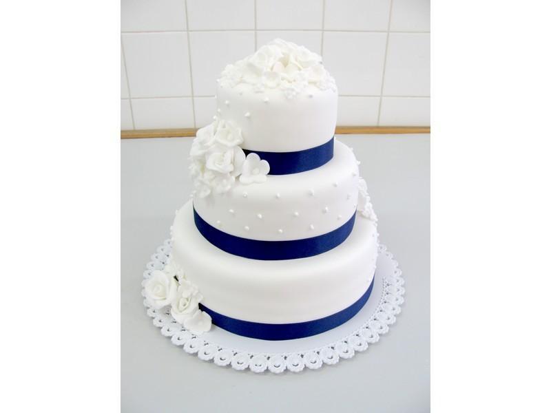 bílý dort s modrou stuhou 156