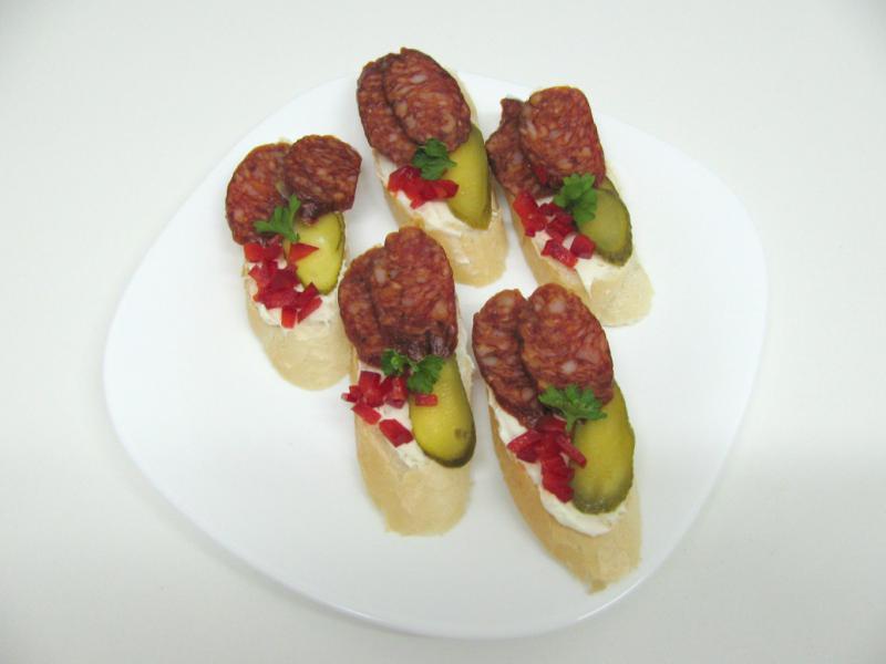 česnekové s klobásou a okurkem