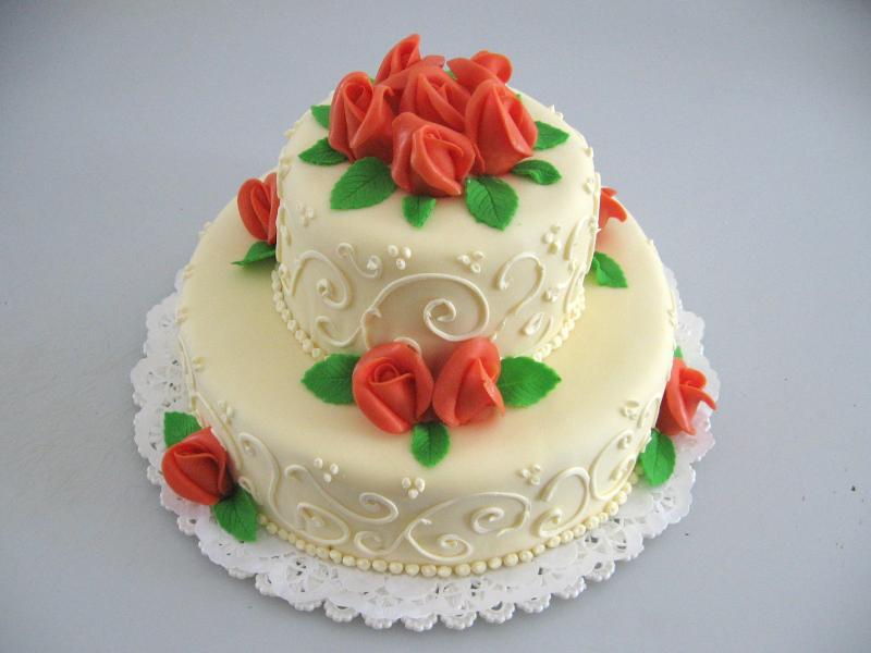 dort s ornamenty a růžemi